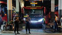 Polresta Sidoarjo bersama TNI dan Brimob Polda Jatim menggelar razia di titik keberangkatan transportasi darat Terminal Purabaya Surabaya (Bungurasih). (Liputan6.com/