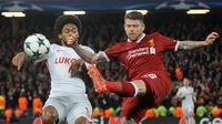 Pemain Spartak Moscow, Luiz Adriano berebut bola dengan pemain Liverpool, Alberto Moreno pada matchday terakhir Grup E Liga Champions di Stadion Anfield, Kamis (7/12). Liverpool menang 7-0 dan lolos ke babak 16 besar. (AP/Rui Vieira)