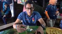 Sandiaga Uno saat mencicipi Gogos, makanan khas Sulawesi Selatan. (dok. Instagram @sandiuno/https://www.instagram.com/p/BvjM-wmnrlP/Putu Elmira)