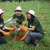 Generasi milenial dukung penghijauan hutan. (Foto: Dok. innisfree)