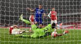 Penyerang Leicester City, Jamie Vardy mencetak gol pertama untuk timnya ke gawang Arsenal dalam lanjutan Liga Inggris di Stadion Emirates di London, Selasa (7/7/2020).  Arsenal hanya mampu bermain imbang 1-1 saat menjamu Leicester City. (AP Photo/Shaun Botterill,Pool)