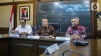 Menteri Koperasi dan UKM Teten Masduki (tengah) memberi keterangan saat konferensi pers di Kementerian Koperasi dan UKM, Jakarta, Selasa (5/11/2019). Teten menyatakan pihaknya bertekad membawa produk-produk UMKM masuk ke dalam rantai pasok global (global value chain). (Liputan6.com/Faizal Fanani)