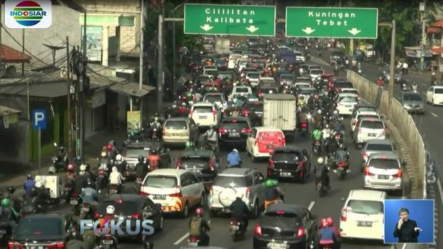 Kemacetan juga terjadi di ruas jalan KH Abdulah Syafei, Tebet, Jakarta Selatan.