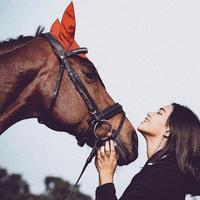 Charlotte Ramadhan, putri kedua Shahnaz Haque dan Gilang Ramadhan, berpose bersama dengan kuda tunggangannya Max. (dok. Instagram @charlotteramadhan/https://www.instagram.com/p/BskbDPZFmr5/Dinny Mutiah)
