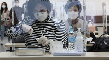 Melihat Petugas Medis di Korea Selatan Latihan Suntik Vaksin COVID-19