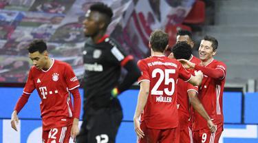 Para pemain Bayern Munchen merayakan gol yang dicetak oleh Robert Lewandowski ke gawang Bayer Leverkusen pada laga Bundesliga di Stadion BayArena, Minggu (20/12/2020). Bayern Munchen menang dengan skor 2-1. (Bernd Thissen/Pool Photo via AP)