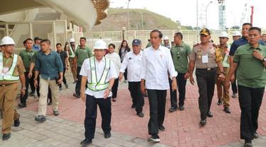 Presiden Jokowi saat meninjau Stadion Papua Bangkit. (Merdeka.com/Ahda Bayhaqi)