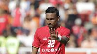 Gelandang Persija Jakarta, Rohit Chand, memberikan instruksi kepada rekannya saat melawan Becamex Binh Duong pada laga Piala AFC di SUGBK, Jakarta, Selasa (26/2). Kedua klub bermain imbang 0-0. (Bola.com/M. Iqbal Ichsan)