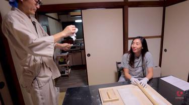 Berita video atlet badminton cantik asal Kanada, Michelle Li, belajar membuat mi khas Jepang, Soba.