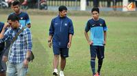 Layaknya seorang ayah, pelatih Timnas Indonesia U19, Indra Sjafri terlihat berbincang akrab dengan Evan Dimas usai latihan di lapangan C Senayan Jakarta (Liputan6.com/Helmi Fithriansyah)