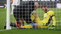 Kiper Manchester United, David De Gea, mengalami cedera saat timnya bersua Southampton di St. Mary's Stadium pada laga pekan ke-10 Premier League, Minggu (29/11/2020) malam WIB. (Mike Hewitt / POOL / AFP)