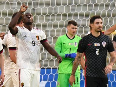 Striker Belgia, Romelu Lukaku (tengah) melakukan selebrasi usai mencetak gol ke gawang Kroasia dalam laga uji coba menjelang berlangsungnya Euro 2020 di King Baudouin Stadium, Brussels, Minggu (6/6/2021). Belgia menang 1-0 atas Kroasia. (AP/Francisco Seco)