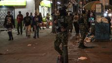 """Tentara polisi militer Kolombia berpatroli di jalan-jalan selama pos pemeriksaan di Bogota (15/9/2021). Ratusan tentara telah berpatroli di jalan-jalan Bogotá sejak Rabu dalam upaya """"sementara"""" oleh pihak berwenang untuk mengendalikan gelombang perampokan dengan kekerasan. (AFP/Juan Barreto)"""