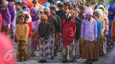 Pelajar SD Keputran 2, Yogyakarta, berbusana tradisional saat mengikuti upacara  di halaman sekolah mereka, Kamis (21/4). Upacara tersebut digelar untuk memperingati Hari Kartini yang jatuh setiap 21 April. (Foto: Boy Harjanto)