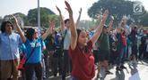 Peserta melakukan tarian Flashmob dalam kegiatan Pawai Tolak Plastik Sekali Pakai di Lapangan Aspirasi Monas, Jakarta, Minggu (21/7/2019). Pawai bebas plastik ini akan menjadi aksi terbesar di Indonesia untuk menolak penggunaan plastik sekali pakai. (Liputan6.com/Immanuel Antonius)
