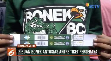 Ribuan Bonek Mania menyerbu tempat penjualan tiket laga Persebaya Surabaya melawan Arema Malang, di Kenjeran Park, Surabaya.