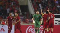Timnas Vietnam setelah mengalahkan Malaysia 1-0 di Stadion My Dinh, Hanoi (10/10/2019). (AFP/Manan Vatsyayana)