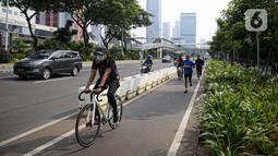 Pesepeda melintas di Jalan Jenderal Sudirman, Jakarta, Minggu (6/6/2021). Gubernur DKI Jakarta Anies Baswedan berencana menambah jalur sepeda sepanjang 101 kilometer di Jakarta pada tahun 2021. (Liputan6.com/Faizal Fanani)