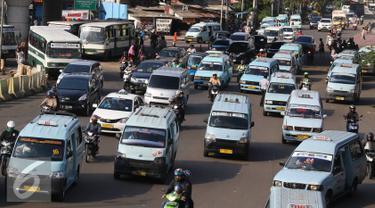 Suasana di Terminal Kampung Melayu, Jakarta, Rabu (23/11). Faktor keamanan serta banyaknya angkutan umum tidak layak jalan menjadi pekerjaan rumah bagi calon gubernur DKI Jakarta. (Liputan6.com/Immaniel Antonius)