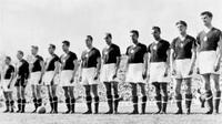 Kapten Hungaria, Ferenc Puskas (kiri), memimpin rekan-rekannya pada final Piala Dunia 1954 di Swiss. (dok. Talksport)