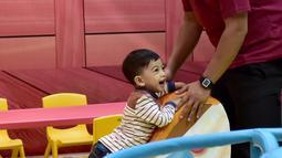 """Cucu Presiden Joko Widodo, Jan Ethes saat bermain di arena permainan anak """"Fun World"""" di mal Botani Square, Bogor, (8/12). Jan Ethes tampak riang bermain bersama beberapa anak sebayanya. (Liputan6.com/HO/Biro Pers Setpres)"""