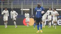 Pemain Inter Milan Romelu Lukaku memegang bola saat melawan Real Madrid pada pertandingan Grup B Liga Champions di Stadion San Siro, Milan, Italia, Rabu (25/11/2020). Real Madrid melumat Inter Milan 2-0. (AP Photo/Luca Bruno)