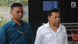 Terpidana kasus korupsi mega proyek KTP elektronik, Setya Novanto (kanan) saat akan menjalani pemeriksaan di Gedung KPK, Jakarta, Selasa (27/8). Setya Novanto diperiksa sebagai saksi untuk tersangka Johannes Budisutrisno Kotjo. (Merdeka.com/Dwi Narwoko)
