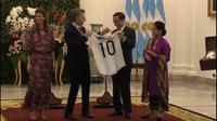 Presiden Argentina memberikan jersey bernomor punggung 10 kepada Presiden Jokowi. (Merdeka.com)