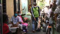 Penyemprotan disinfektan di wilayah Kampung Tangguh RW 02, Pegangsaan, Kecamatan Menteng. Warga taat mengenakan masker dan menjalani protokol kesehatan sehingga berhasil meminimalisir angka penularan dan menjadikan zona mereka dari merah ke hijau. (Foto: Liputan6.com).