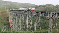 Kereta melintasi Jembatan Cikubang, Cipatat, Kabupaten Bandung Barat, 5 Juli 2016. Pemandangan struktur jembatan yang melayang diantara perbukitan ini kerap membuat wisatawan berhenti sejenak untuk menyaksikan keindahannya (Liputan6.com/Immanuel Antonius)