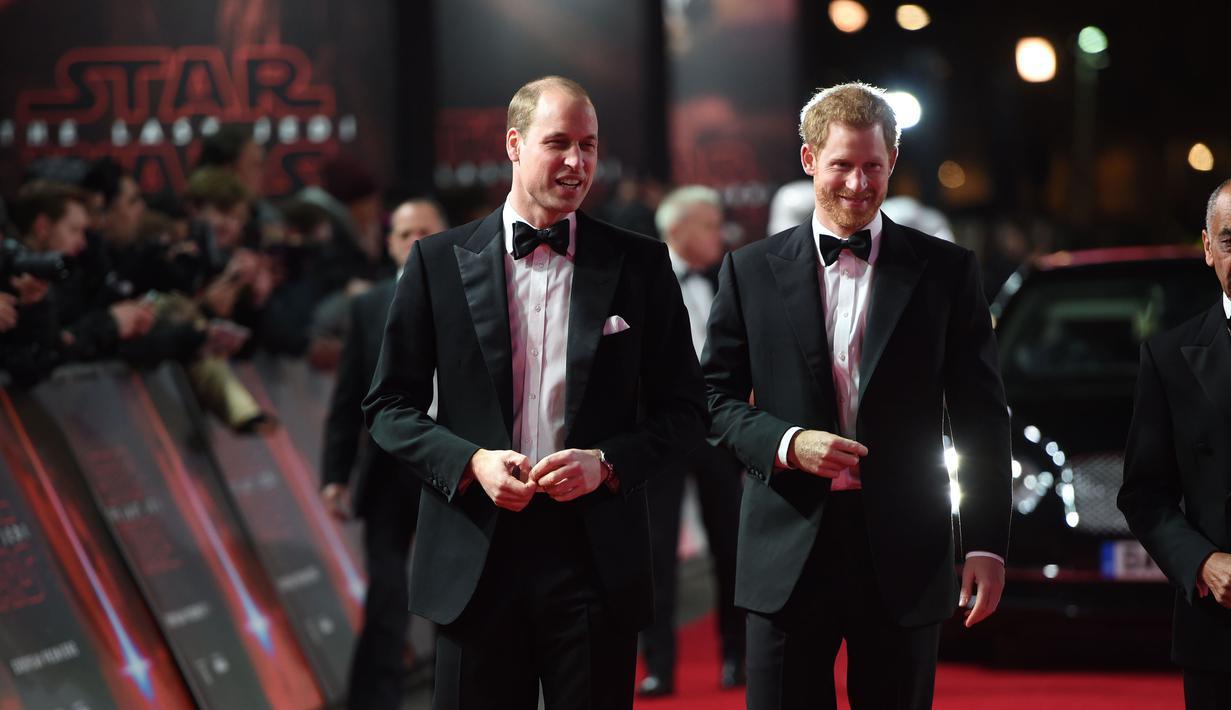 Pangeran William dan Pangeran Harry menghadiri premiere film The Star Wars: The Last Jedi di The Royal Albert Hall, London, Selasa (12/12). Dua Pangeran Inggris tersebut muncul dalam film besutan Rian Johnson sebagai cameo. (Vianney Le Caer/Invision/AP)
