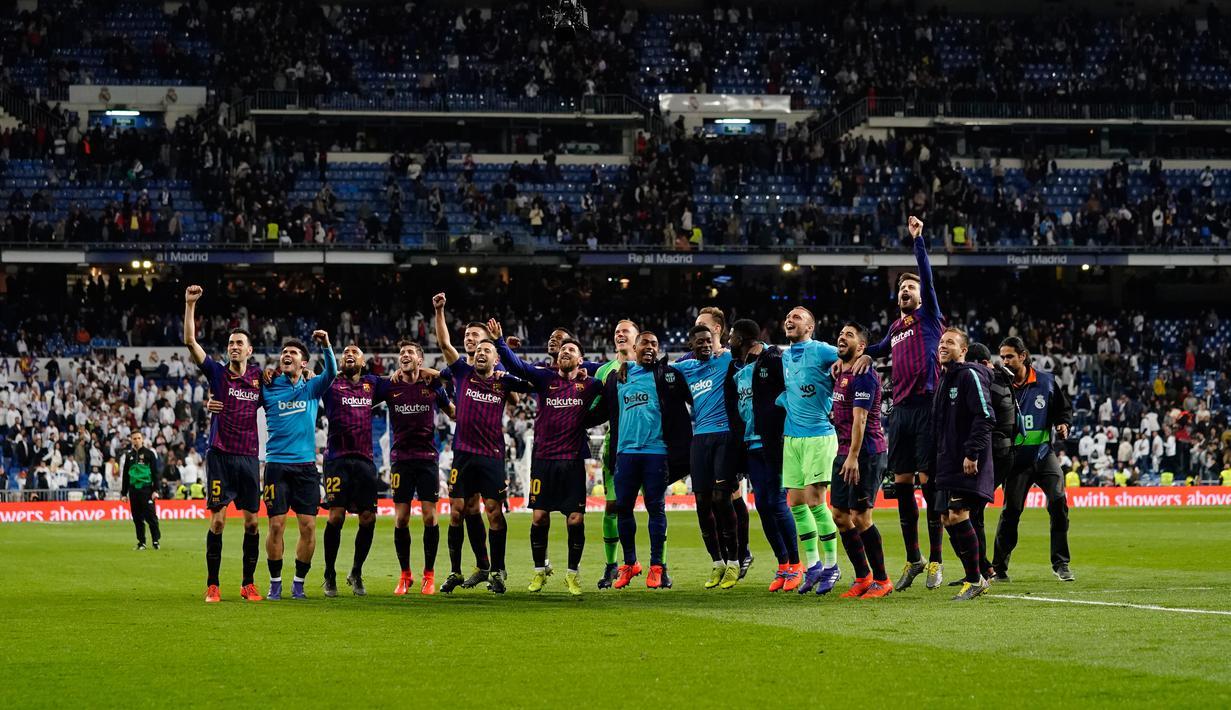 Para pemain Barcelona merayakan kemenangan timnya usai pertandingan melawan Real Madrid pada lanjutan La Liga Spanyol di stadion Santiago Bernabeu, Madrid (2/3). Barcelona menang tipis atas Real Madrid 1-0. (AP Photo/Andrea Comas)