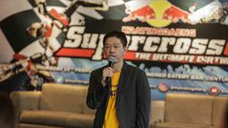 Marketing Director Kratingdaeng Davin Thomas Lai memberi keterangan saat konferensi pers Kratingdaeng Supercrosser The Ultimate Dirtwar di Jakarta, Kamis (15/2). (Liputan6.com/Faizal Fanani)