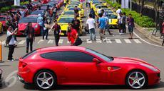Sekitar 100 mobil Ferrari ikut dalam Ferrari Festival of Speed di BSD City, Tangerang Selatan, Minggu (23/4). Parade Festival of Speed ini merupakan perayaan puncak ulang tahun Ferrari ke-70 di Indonesia. (Liputan.com/Fery Pradolo)