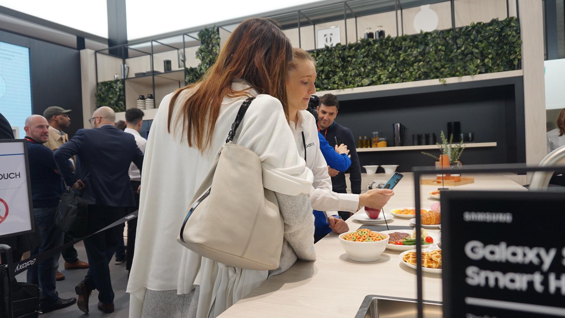 Pengunjung booth Samsung di MWC 2018 melihat-lihat ekosistem Smart Home. (Liputan6.com/ Agustin Setyo W)