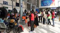 Calon penumpang KA Jarak Jauh antre lapor mandiri di Stasiun Pasar Senen, Jakarta, Selasa (18/5/2021). Stasiun Pasar Senen kembali beroperasi melayani keberangkatan dan kedatangan penumpang KA Jarak Jauh pasca berakhirnya masa pelarangan mudik Lebaran 2021. (Liputan6.com/Helmi Fithriansyah)