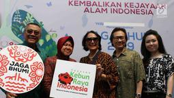 Wali Kota Surabaya Tri Rismaharini foto bersama saat peluncuran gerakan Jaga Bhumi periode ke-2 di Jakarta, Rabu (21/11). Penyelamatan plasma nutfah Indonesia melalui revitalisasi dan peningkatan jumlah kebun raya. (Liputan6.com/Immanuel Antonius)