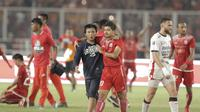 Seorang Jakmania menerobos lapangan saat merayakan kemenangan Persija Jakarta atas Bali United pada final Piala Presiden di SUGBK, Jakarta, Sabtu (17/2/2018). Persija menang 3-0 atas Bali United. (Bola.com/M Iqbal Ichsan)