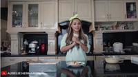 Aurel Hermansyah saat membuat pudding roti. (Screenshot YouTube Aurelie Hermansyah/https://www.youtube.com/watch?v=_XqBjO5BJiQ/Putu Elmira)