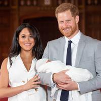 Meghan Markle dan Pangeran Harry tampil pertama kali dengan buah hati. (Dominic Lipinski / POOL / AFP)