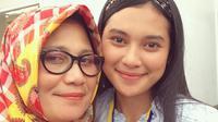Indah Permatasari merupakan putri dari pasangan Nasyruddin dan Nursyah. Indah kerap membagikan momen kebersamaan bersama sang ibunda di akun media sosialnya. (Liputan6.com/IG/@indahpermatas)