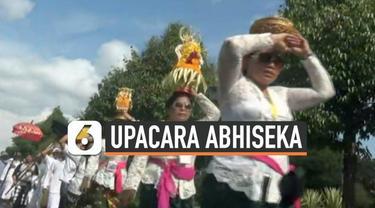 Ratusan umat Hindu menggelar Upacara Abhiseka di kawasan Candi Prambanan, Yogyakarta. Upacara ini digelar untuk memperingati berdirinya Candi Prambanan yang berusia 1000 tahun lebih.