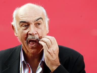 """Foto file 13 Oktober 2006, Sean Connery tiba di Auditorium Roma, untuk mempresentasikan filmnya """"The Bowler and the Bonnet"""", pada edisi pertama Festival Film Roma. Aktor Skotlandia ini dianggap banyak orang sebagai James Bond terbaik, meninggal dunia pada usia 90 tahun. (AP Photo/Andrew Medichini)"""