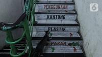 Seekor kucing melintas di area Pasar Tebet Barat, Jakarta Selatan, Kamis (23/7/2020). Hal Ini dilakukan guna memberikan pemahaman kepada pedagang dan pembeli untuk mengurangi sampah plastik demi kelestarian lingkungan. (Liputan6.com/JohanTallo)