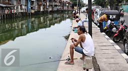 Sejumlah Warga saat memancing ikan di Kali Tanjung Selor, Jakarta, Rabu (20/1). Meskipun keruh dan dipenuhi sampah, namun Kali Tanjung Selor menjadi lokasi favorit bagi warga sekitar untuk memancing dengan biaya murah. (Liputan6.com/Immanuel Antonius)