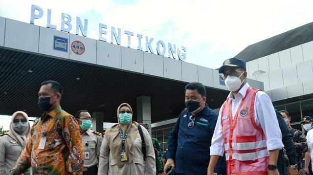 Menteri Perhubungan Budi Karya Sumadi bersama Ketua Komisi V DPR RI Lasarus pada Minggu (19/9), meninjau Pos Lintas Batas Negara (PLBN) Aruk dan Entikong di Kalimantan Barat. (Dok Kemenhub)