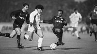 Pemain sepak bola Napoli Diego Maradona (tengah) mencoba menghindari tekel pemain Bordeaux Jean Tigana (kanan) disaksikan Alain Roche pada pertandingan final UEFA di Bordeaux, Prancis, 23 November 1988. Sebelum meninggal, Maradona dilaporkan menjalani operasi otak. (AFP PHOTO AFP/AFP/sjw)