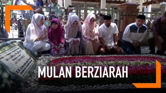 Istri Ahmad Dhani, Mulan Jameela berkunjung ke Ponpes Tebuireng Jombang hari Minggu (24/2). Bertemu dengan Gus Solah dan berziarah ke makam Gus Dur.