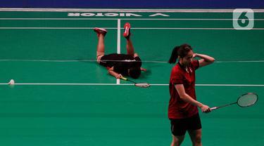 Pebulutangkis Indonesia, Gregoria Mariska, terjatuh saat melawan Ratchanok Intanon dari Thailand dalam final bulu tangkis nomor beregu putri SEA Games 2019 di Muntinlupa Sports Complex, Manila, Selasa (3/12/2019). Kalah 1-3, Indonesia hanya meraih perak. (Bola.com/M Iqbal Ichsan)