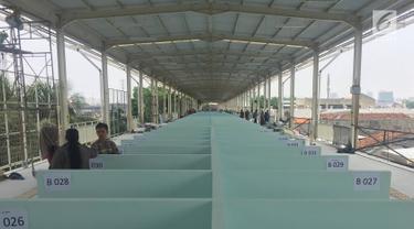 Suasana skybridge atau JPM Tanah Abang di Jakarta, Senin (15/10). Meski belum selesai pembangunannya, namun jembatan multi guna yang menghubungkan Stasiun Tanah Abang dan Blok G Tanah Abang tersebut telah soft launching. (Liputan6.com/Immanuel Antonius)